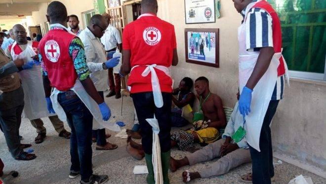 Equipe da Cruz Vermelha atende vítimas de um triplo atentado suicida que ocorreu em um salão em Konduga, Nigéria, onde um grupo de pessoas assistia a um jogo de futebol. Pelos menos 30 pessoas morreram