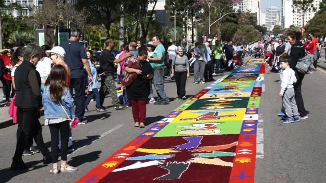 As celebrações do Corpus Christi bloqueiam algumas ruas em Curitiba.