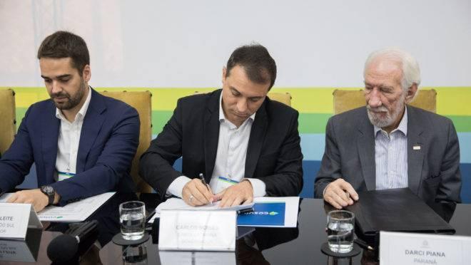 O vice-governador do Paraná, Darci Piana, ao lado dos governadores do Rio Grande do Sul, Eduardo Leite (esq.), e de Santa Catarina, Carlos Moisés (centro).