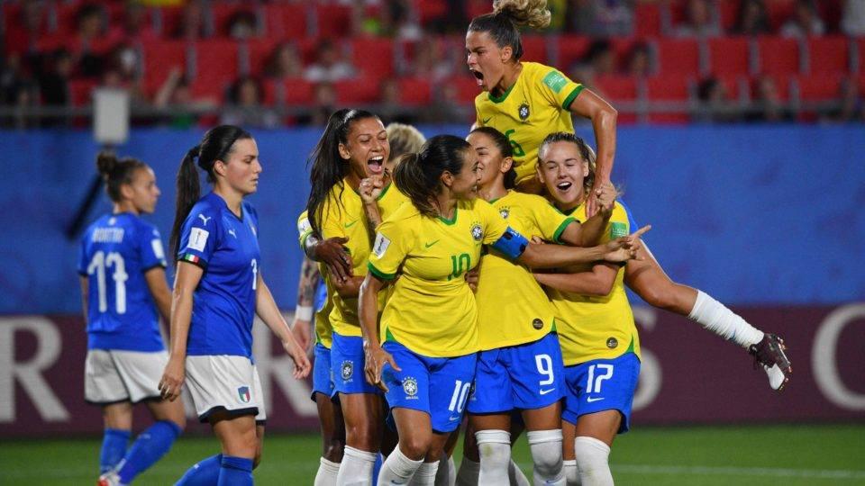 Brasil vence Itália, se classifica e Marta se torna a maior artilheira da história das Copas