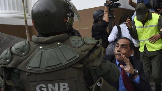Deputados da Assembleia Nacional da Venezuela em confronto com agentes da Guarda Nacional Bolivariana para pedir a permissão de entrada de jornalistas e técnicos para acompanharem a sessão do Parlamento, em Caracas, 18 de junho