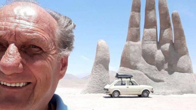 O curitibano Alberto Carlos Fröhlich com seu Fiat 147 no deserto do Atacama, no Chile.