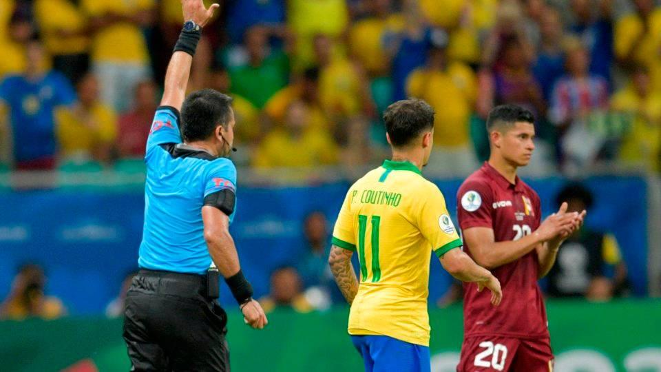 Sob vaias e com dois gols anulados pelo VAR, Brasil só empata com a Venezuela