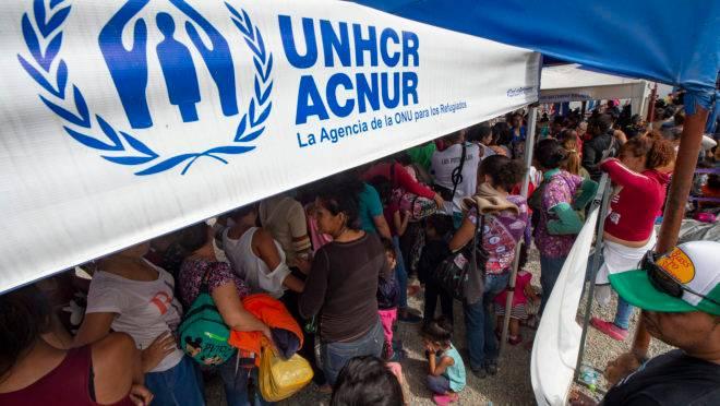 Migrantes venezuelanos fazem fila para obter um pedido de refúgio na fronteira do Peru