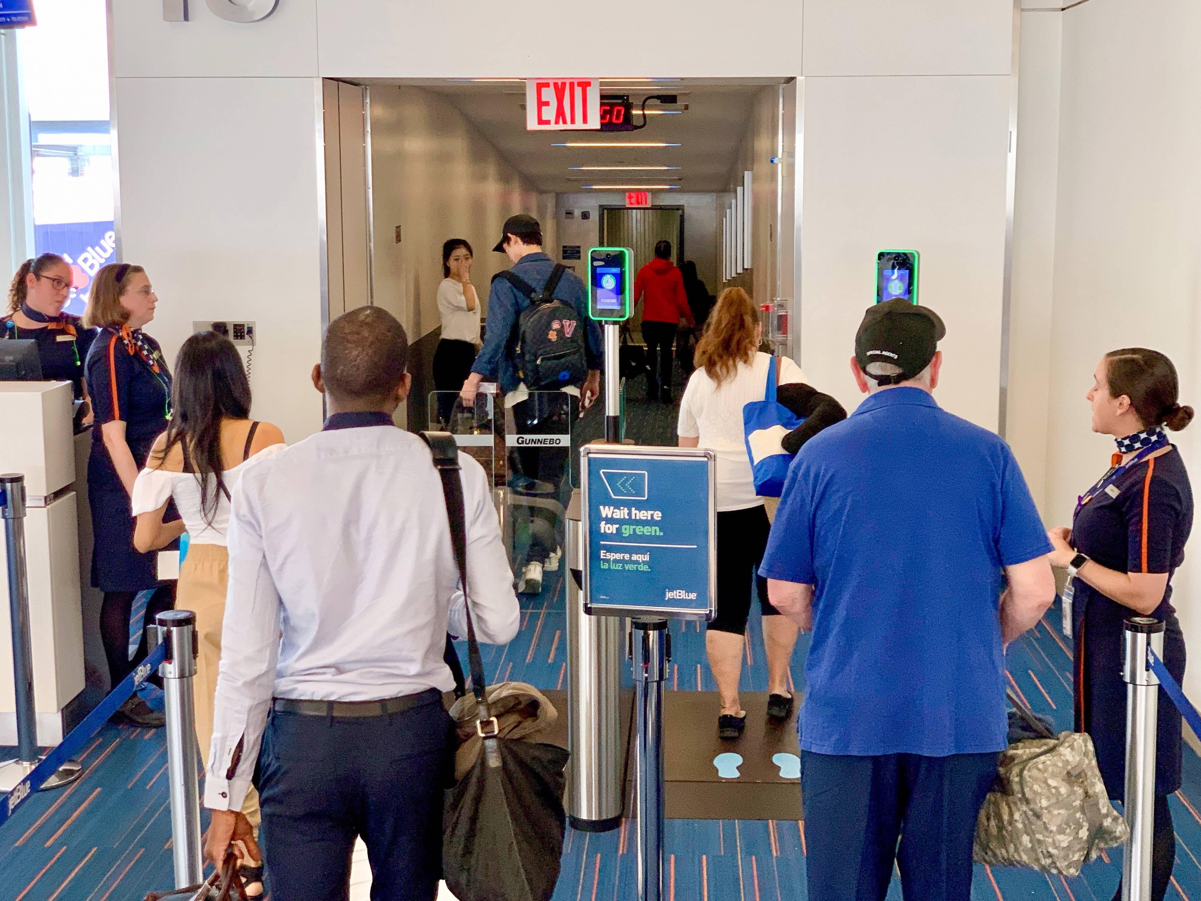 Reconhecimento facial no portão eletrônico da JetBlue, no aeroporto JFK, em Nova York. Foto: Geoffrey A. Fowler/Washington Post