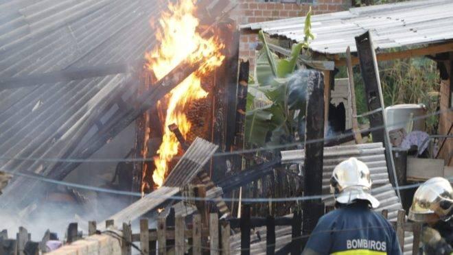 Fogo consome casa em Curitiba: saque do FGTS será liberado apenas em casos de incêndios involuntários.