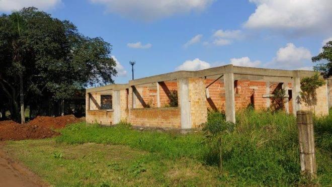 A imagem mostra a construção de uma creche inacabada em Gravataí, no Rio Grande do Sul.