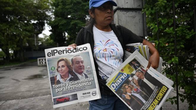 Jornais exibem os candidatos ao segundo turno das eleições na Guatemala.