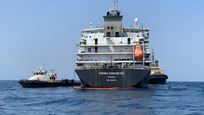 Foto tirada durante um tour guiado pela Marinha dos EUA mostra o navio petroleiro japonês Kokuka Courageous em 19 de junho. O navio japonês foi atacado no Golfo de Omã na semana passada com uma mina de limpet semelhante a minas iranianas, disseram militares americanos no Oriente Médio em 19 de junho