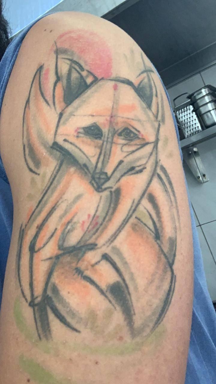 <em>Kitsune, a raposa tatuada no braço do chef. </em>
