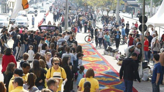 Tradição e fé: veja como foi a montagem do tapete de Corpus Christi em Curitiba
