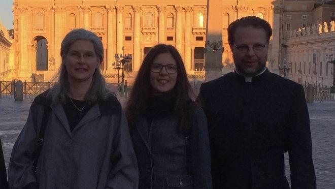 O padre Peder com a esposa, Marie, e a filha, Magdalena, no Vaticano.