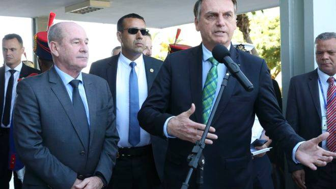 Bolsonaro fala à imprensa