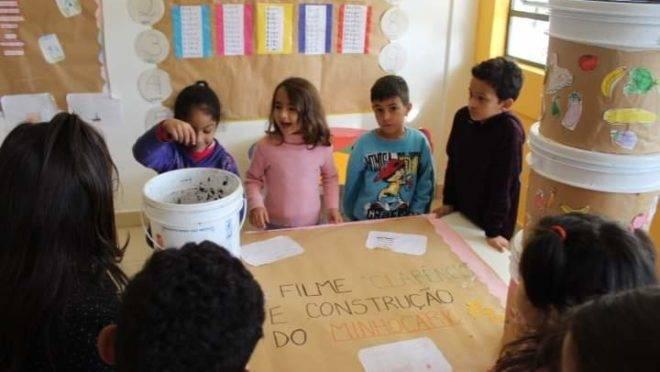 A imagem mostra crianças na Escola Aldeia Lumiar, em Porto Alegre.