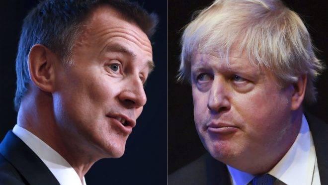 Jeremy Hunt (esquerda) e Boris Johnson (direita)