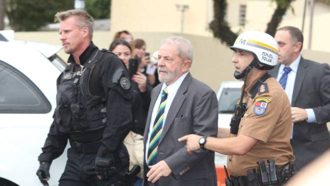 Lula chega para prestar depoimento ao juiz Sergio Moro