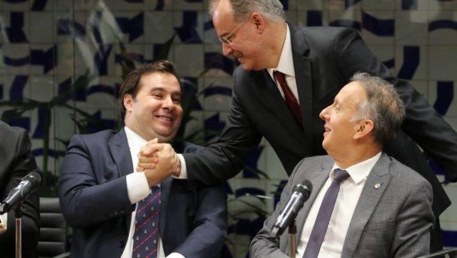 Rodrigo Maia (à esquerda) assumiu protagonismo na articulação pela reforma da Previdência, diz Fábio Giambiagi.