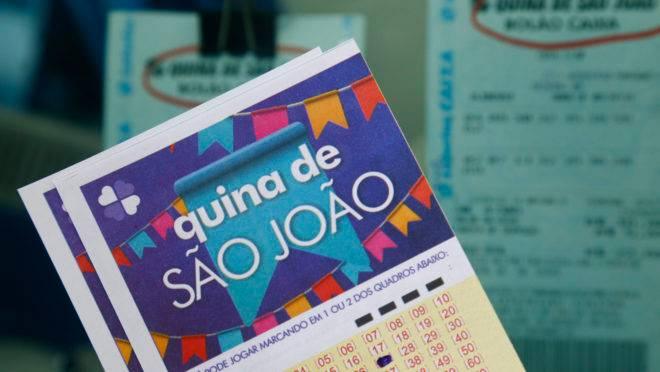 Movimento nas lotéricas para apostar na quina de São João .