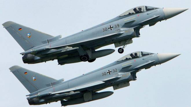 Jatos Eurofighter da Força Aérea Alemã decolando da base aérea em Rostock-Laage, no nordeste da Alemanha