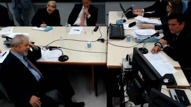 Lula e Moro cara a cara, durante o depoimento do petista no processo do tríplex.