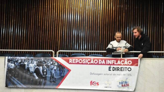 Servidores penduram faixa na Assembleia Legislativa do Paraná com pedido de reajuste durante audiência de prestação de contas da Secretaria da Fazenda