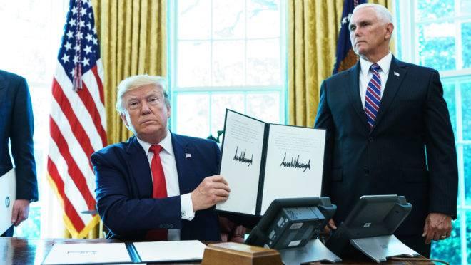 O presidente dos EUA, Donald Trump, mostra decreto sobre as sanções contra o líder supremo do Irã