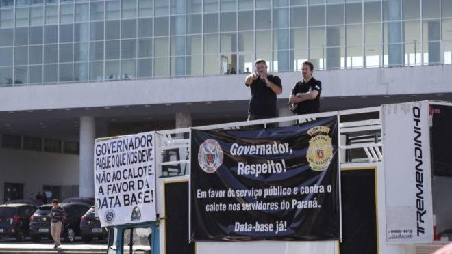 Agentes da Polícia Civil abriram os protestos contra o governo com uma carreata até o Palácio Iguaçu segunda-feira.