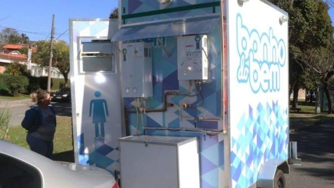 Casal de Curitiba proporciona banho quente a moradores de rua