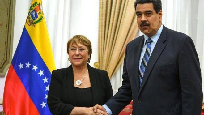 O ditador da Venezuela, Nicolás Maduro, recebe a alta comissária da ONU para direitos humanos, Michele Bachelet, no Palácio de Miraflores em Caracas, 21 de junho