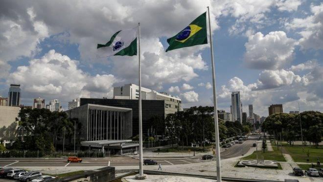 Bandeiras do Paraná e do Brasil em frente à Alep