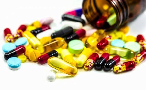 Médicos e farmacêuticos estão auxiliando juízes a tomar decisões sobre pedidos de remédios especiais.