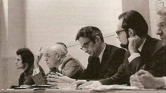 Michel Foucault durante conferência de imprensa.