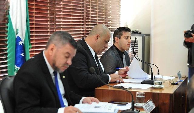 Terceira reunião da CPI da JMK, realizada nesta terça-feira (25). Da esquerda para a direita, o deputado estadual Delegado Jacovós (PR), relator da CPI; o deputado estadual Soldado Fruet (Pros), presidente da CPI; e o delegado Guilherme Dias, da Polícia Civil do Paraná