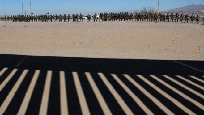 Agentes dos departamentos americanos de Patrulha da Fronteira, Imigração e Alfândega (ICE) e da Alfândega e Proteção de Fronteiras (CBP) participam de treinamento no estado de New Mexico, na fronteira com a mexicana Ciudad Juarez, em 31 de janeiro de 2019