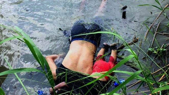O imigrante salvadorenho Oscar Martinez Ramírez e sua filha morreram ao tentar atravessar o Rio Grande em Matamoros