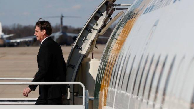 Bolsonaro desembarca do avião presidencial.