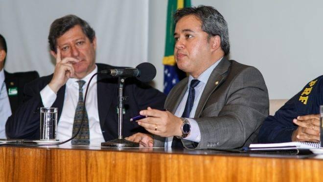 Deputado federal Efraim Filho (DEM-PB), que lidera a frente. Ao seu lado direito, Edson Vismona, presidente-executivo do Etco.