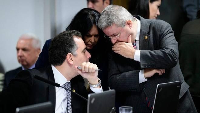 Senadores conversam durante a sessão do CCJ que aprovou novas regras para abuso de autoridade.