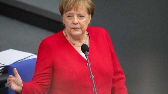 A chanceler da Alemanha, Angela Merkel, responde a questões dos parlamentares no Bundestag (a Câmara Baixa do Parlamento) em Berlim, 26 de junho