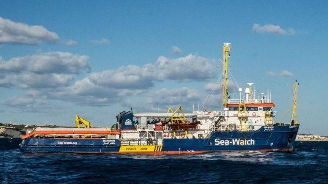 O navio de resgate Sea Watch 3, em 4 de janeiro de 2019, navegando ao largo da costa de Malta. A capitã do navio, de propriedade alemã, disse que entraria em águas italianas ilegalmente para levar 42 migrantes à terra após passar 13 dias no mar