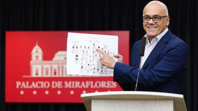 Foto distribuída pelo Palácio de Miraflores mostra o ministro da Comunicação do regime chavista, Jorge Rodríguez, durante uma coletiva de imprensa na sede da presidência em Caracas, 26 de junho. Ele denunciou um suposto plano de golpe e conspiração para assassinar Maduro