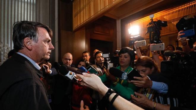 Bolsonaro dá entrevista ao chegar para o G20 no Japão.