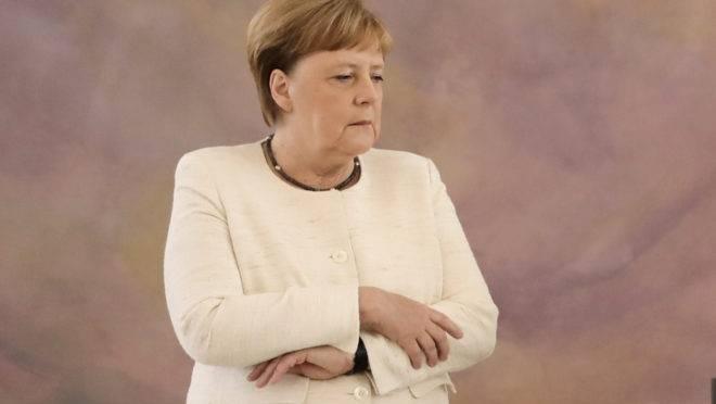 A chanceler alemã Angela Merkel sofreu um novo tremor durante cerimônia no palácio presidencial Bellevue, em Berlim