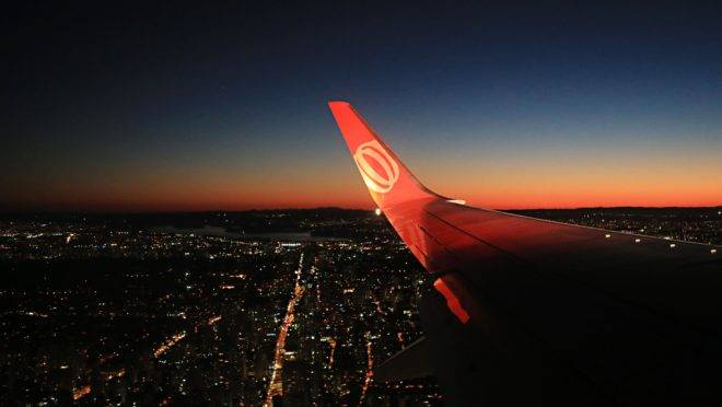 Paisagem de dentro de um avião da Gol no ar.