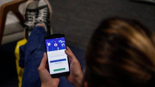 Os uso excessivo de plataformas digitais para crianças e adolescentes traz riscos à saúde.