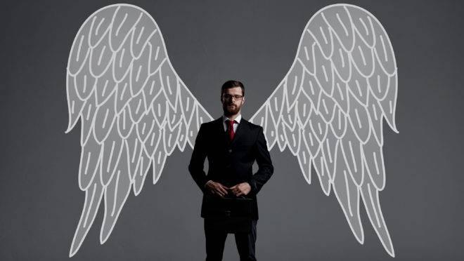 Executivo com asas simboliza o investimento-anjo