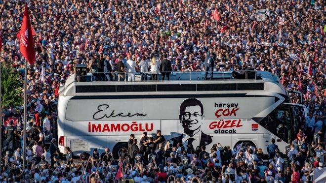 O novo prefeito de Istambul Ekrem Imamoglu discursa para multidão.