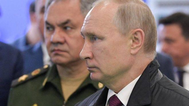 O presidente da Rússia, Vladimir Putin, ao lado do ministro da Defesa, Sergei Shoigu, visita a exposição Army 2019 em Alabino, na região de Moscou, 27 de junho