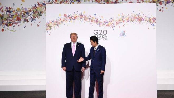 O presidente dos Estados Unidos, Donald Trump, e o primeiro-ministro do Japão, Abe Shinzo, durante a cúpula do G20 em Osaka, Japão, em 28 de junho