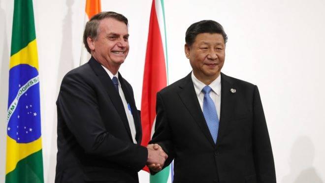 Bolsonaro cumprimenta Xi Jinping na reunião do G20.